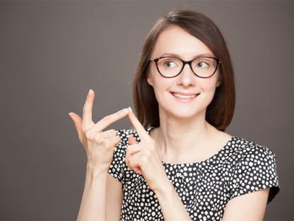 Młoda kobieta w krótkich włosach i okularach na palcach u dłoni wylicza wskazówki dla alergików