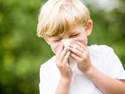 Mały chłopiec kicha w chusteczkę, bo ma alergię, Aleric spray dla dzieci
