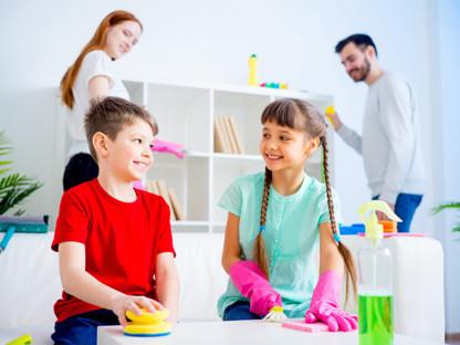 Młoda rodzina wspólnie sprząta dom, aby zapobiec alergii na kurz i pleśń w domu, Aleric spray