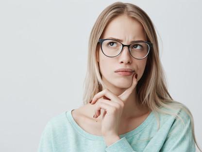 Młoda kobieta w okularach zastanawiająca się, czym jest marsz alergiczny